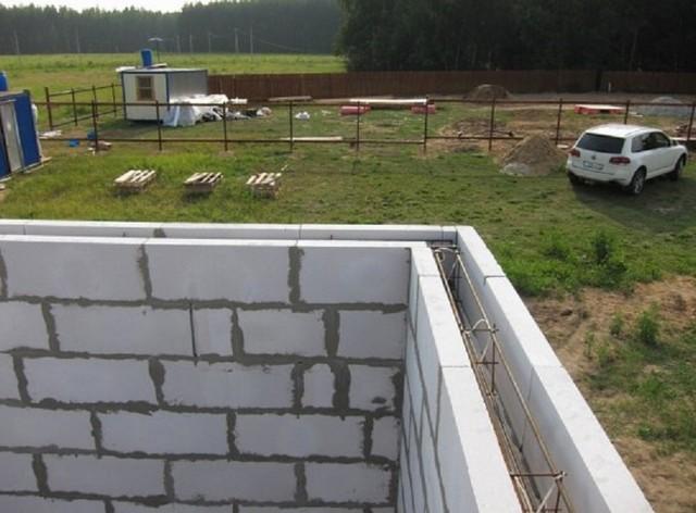 Смонтированный арматурный пространственный каркас в полости стены.
