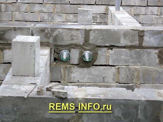 Встроенные трубы под водоснабжение и водоотведение.
