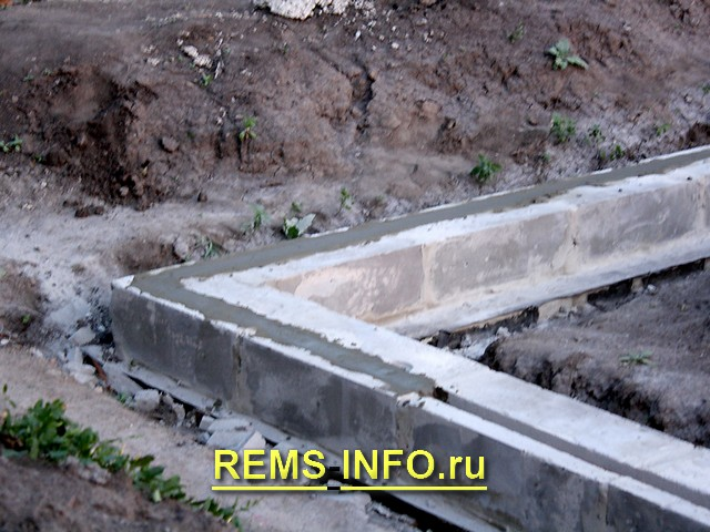 Борозда с арматурой и цементом.