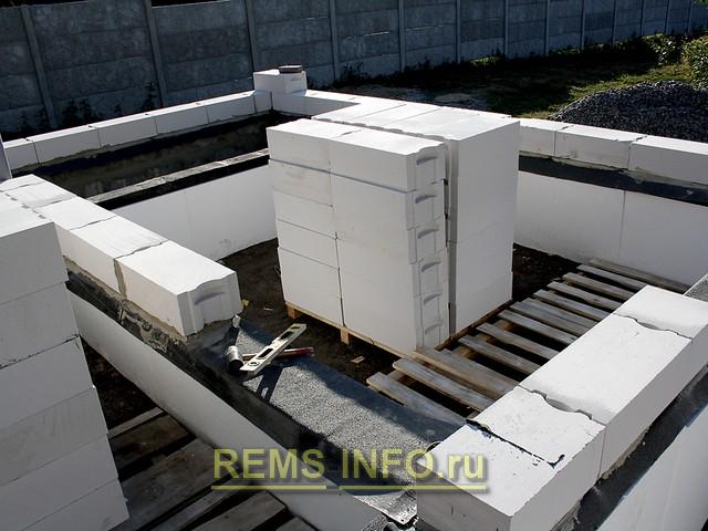 Подготовленные блоки для кладки стен дома.