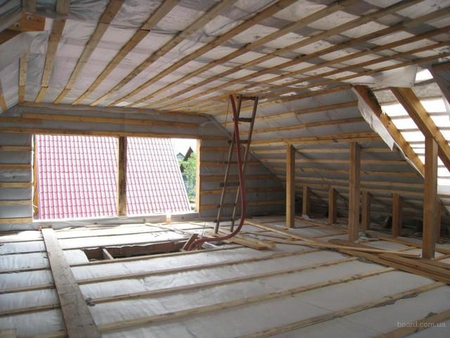Внешний вид мансардного этажа, формируемого крышей, на этапе защиты утеплителя пароизоляцией.