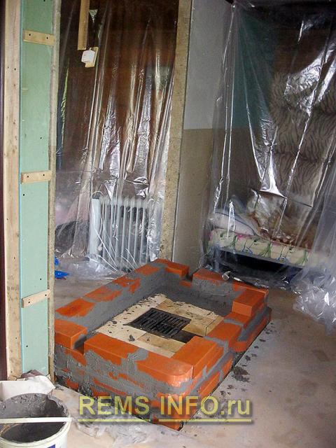 На втором ряду кладки оставляем место под дверцу камина.