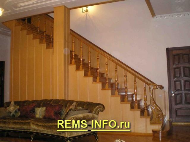 Лестница на косоурах с креплением к стене.