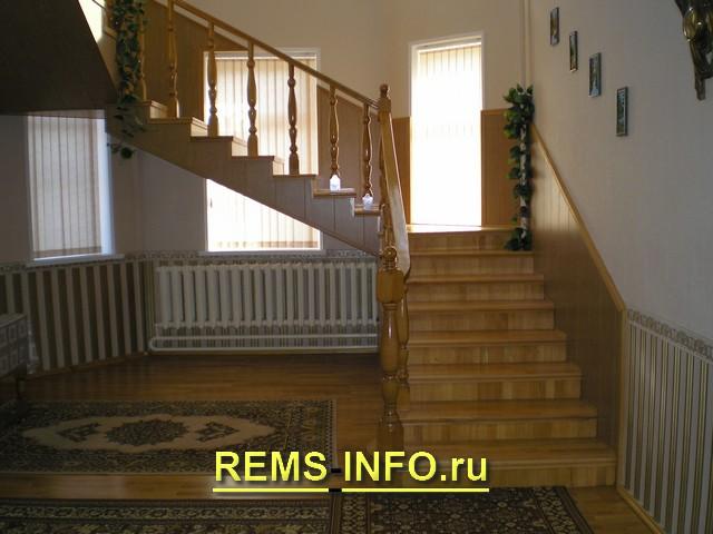 Лестница на косоурах с креплением к стене1.