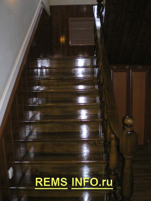 Лестница на косоурах с креплением к стене3.