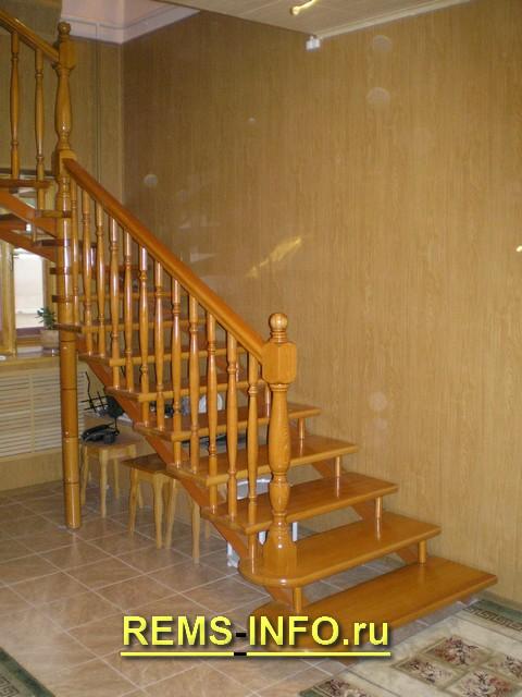 Лестница на второй этаж на больцах.