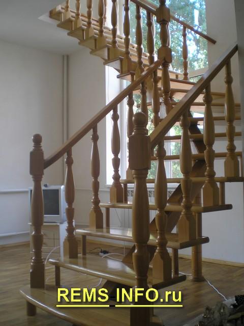 Лестница на второй этаж на одном косоуре.