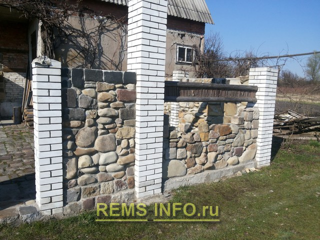 Забор из камня и кирпича.