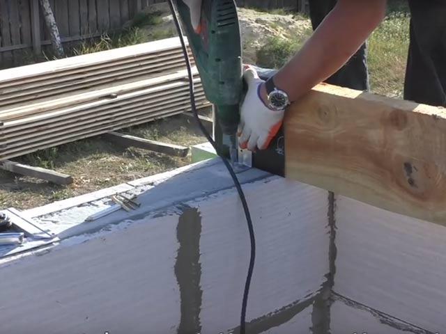 Монтаж деревянных балок перекрытия на стены из газобетона.