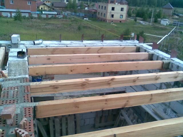 Непосредственный контакт деревянных элементов с кладкой должен быть исключен посредством гидроизоляционных материалов.