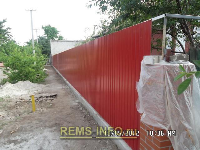 Забор из профнастила - вид боковой части.