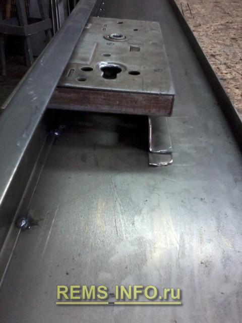 Крепим замок в металлическую дверь.