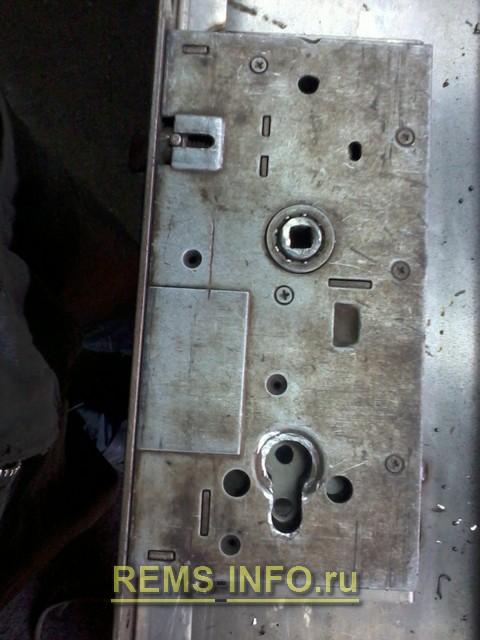 Крепим замок в металлическую дверь 2.