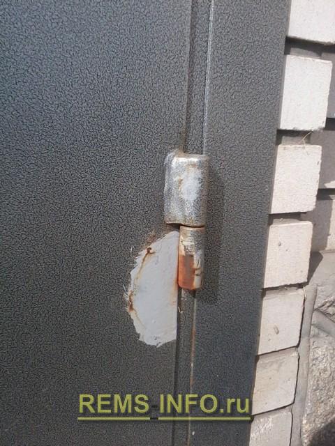 Фото 13. На готовой двери краска содрана при открывании.
