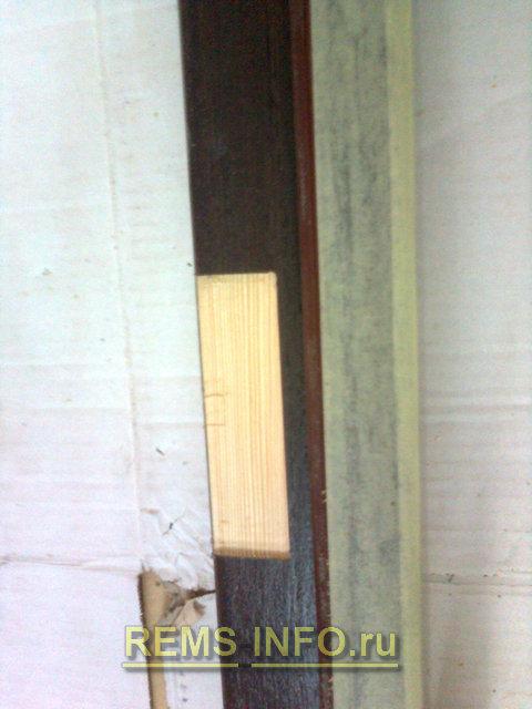 фрезой готовим место для дверных петель в дверном полотне