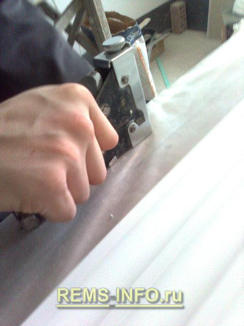 подготовка стола для создания формы гипсовой лепнины