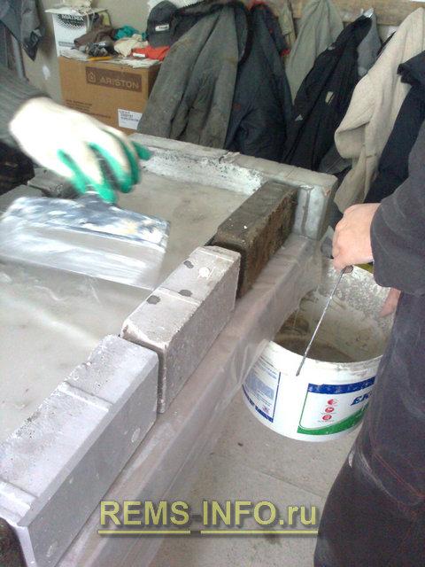 убираем излишки влаги на форме для лепки