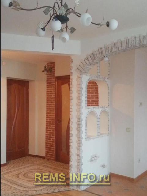 Колонны из декоративного камня у входной двери.