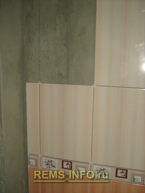 процесс укладки плитки на первую стену.