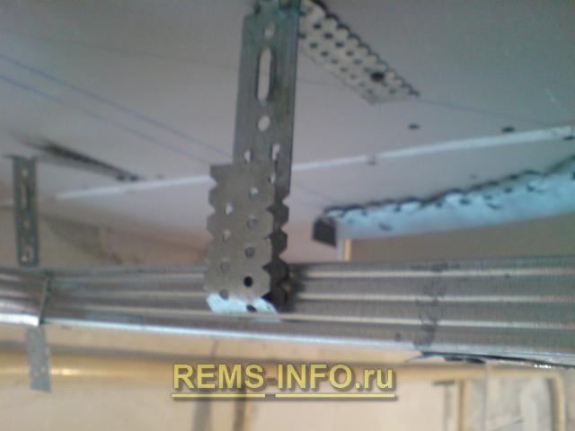 Крепим подвес для фиксации потолочного профиля