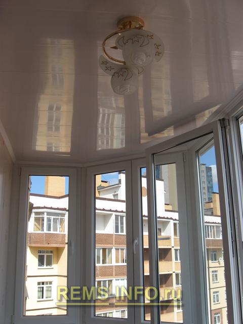Натяжной потолок на балконе. плюсы выбора и советы по монтаж.