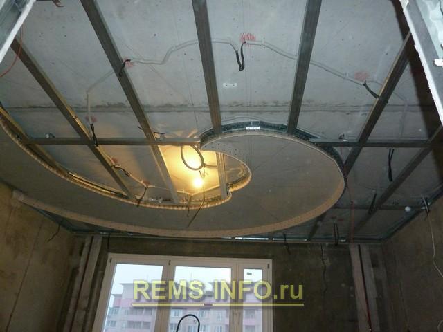 Разводка электропроводов и готовый каркас потолка из гипсокартона.