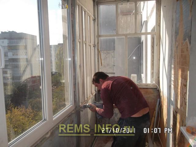 Обшиваем балкон пластиковыми панелями.