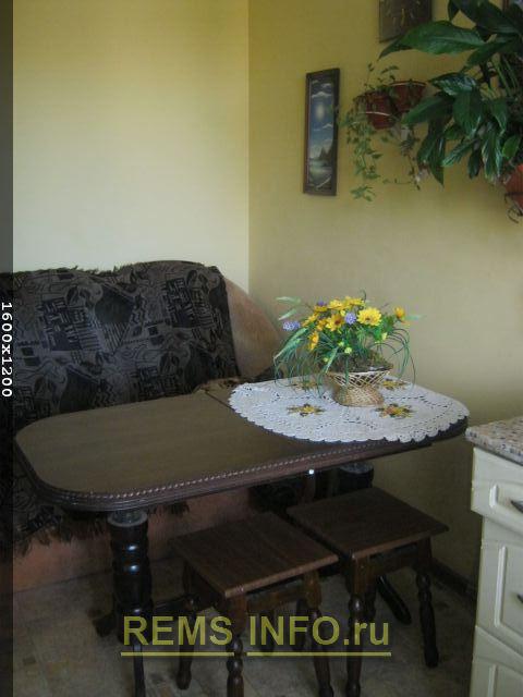 столна кухню приобрели под цвет окна и шкафов.