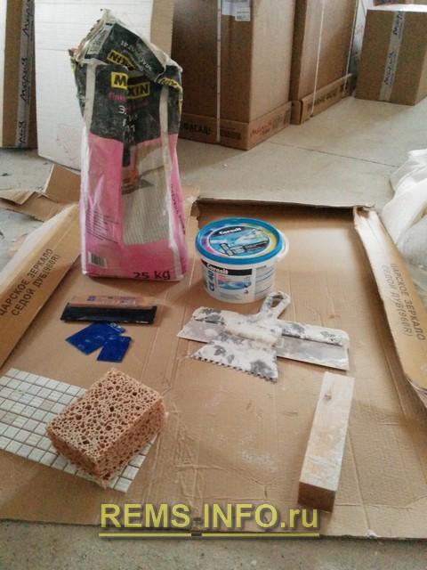 Инструмент и материалы для укладки фартука из мозаики.