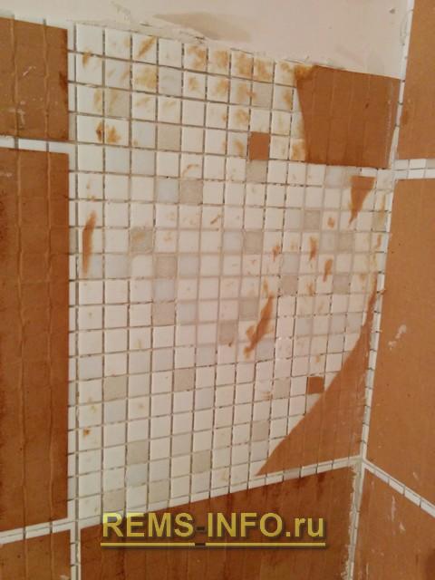Очищаем мозаику от бумаги.