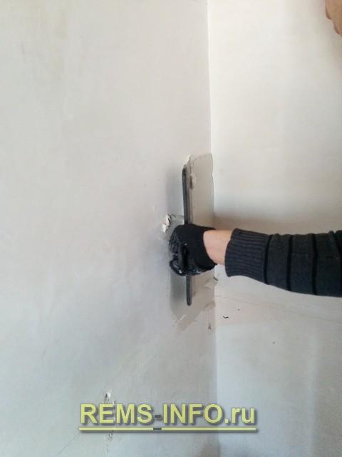 Нанесение клея на стену.