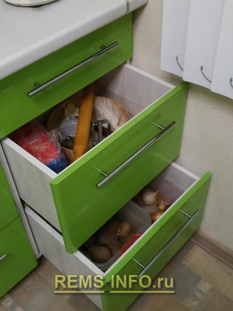Кухня зеленая с белым фото интерьера 5.
