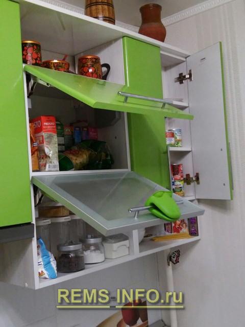 Кухня зеленая с белым фото интерьера 3.