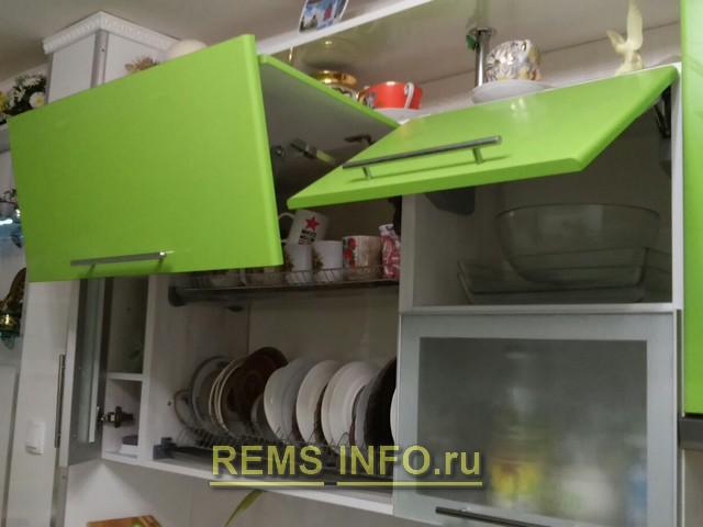 Кухня зеленая с белым фото интерьера 4.