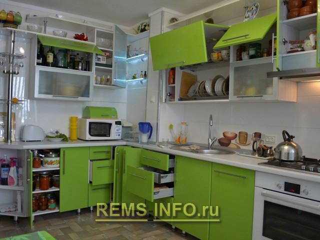 Кухня зеленая с белым фото интерьера.