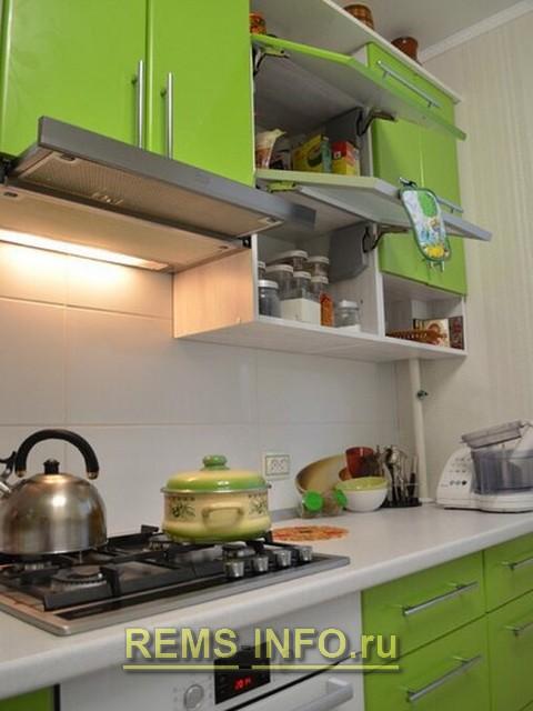 Кухня зеленая с белым фото интерьера 6.