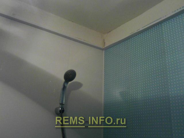 установка направляющих для монтажа потолка в ванной