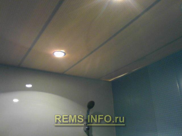 готовый потолок в ванной из панелей ПВХ