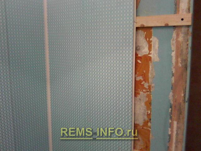процесс монтажа панелей ПВХ на рейку в ванной