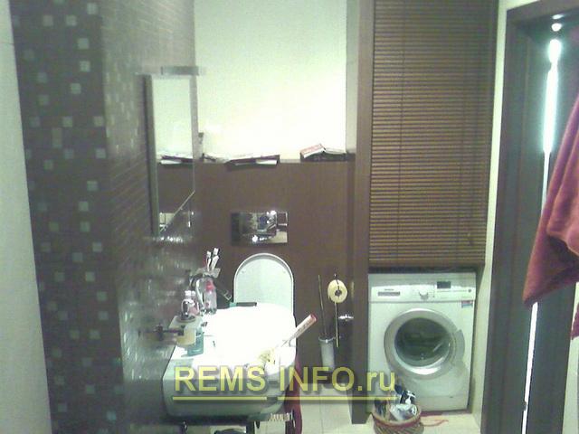 вариант установки стиральной машины и бойлера в ванной комнате.