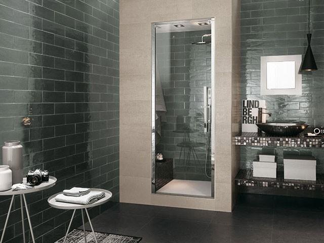 Облицовка ванной глянцевым кафелем.