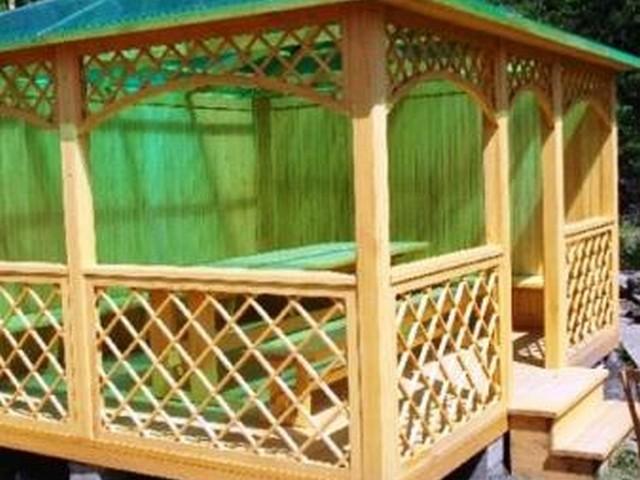Классическая форма беседки – деревянные решетки и прозрачная крыша.