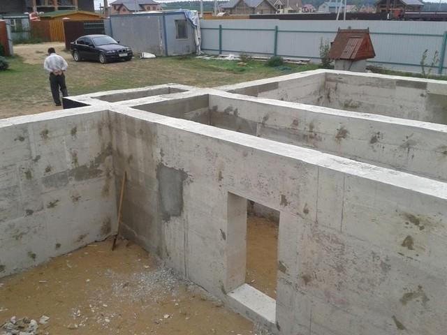 Ленточный фундамент дома с подвалом.