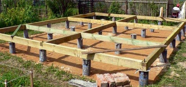Буронабивные сваи в обсадных трубах с высоким ростверком из деревянных балок.