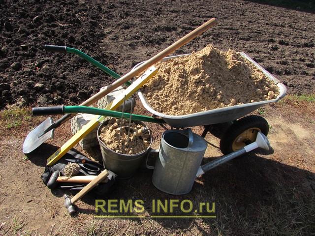 Оборудование и материалы для укладки цементной плитки.