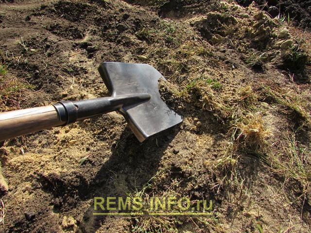 Готовим землю для устройства садовой дорожки.