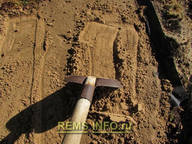 Планируем рабочий слой просеянного песка.