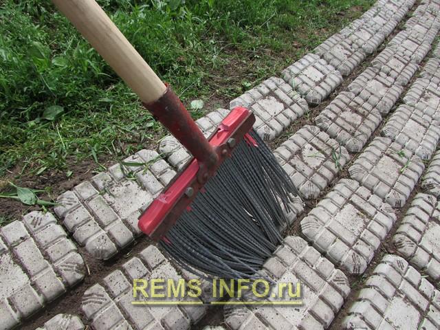 Очистка швов садовой дорожки.