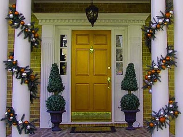 Украшаем вход в дом к Новому году.