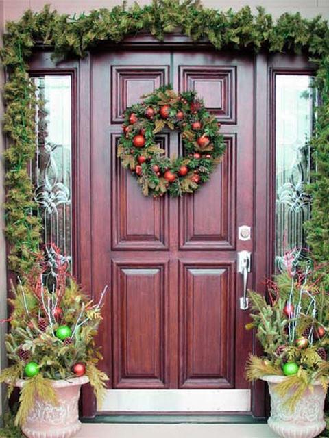 Как украсить двери к Новому году.
